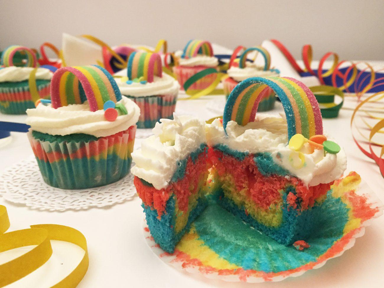 Cupcake arcobaleno con frosting al philadelphia