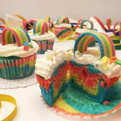 Cupcake arcobaleno con frosting al philadelphia Alice Dolce Vaniglia