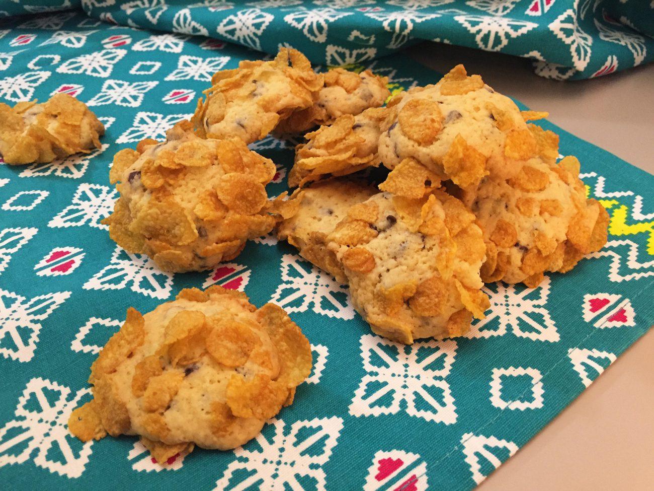 Cookies con gocce di cioccolato e cornflakes